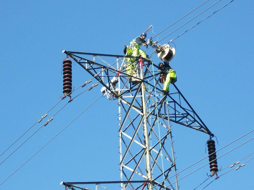 Pylon_cable_riggers_dismantling_reel